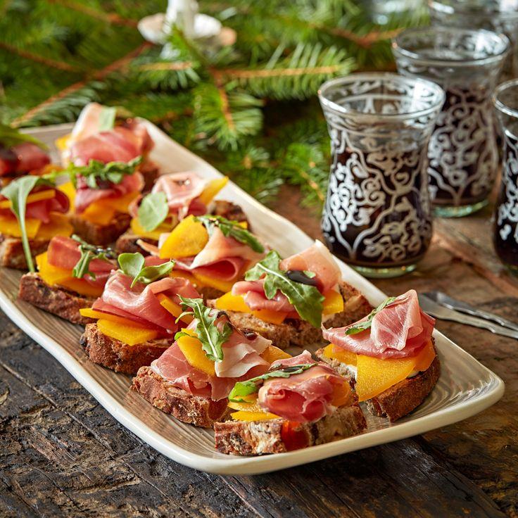 Gör läckra snittar av ett hembakat frukt- och nötbröd, lufttorkad skinka och saffransinkokt päron.