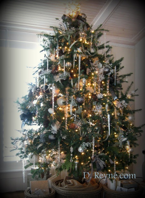 Maybe I'll change out the tree for winter with snowflakes and icicle ornaments--Love this!