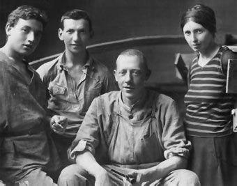 Hacia 1913 un hombre viaja a París y visita una exposición del español Pablo Picasso. Él también es pintor y lo que ve atrae poderosamente su atención. Cuando regresa a su país está decidido a modificar el estilo de sus obras. Hasta ese momento ha mostrado en sus cuadros influencias del fauvismo, del expresionismo y aun del futurismo, pero ahora considera que debe reflexionarse sobre la función del arte. El artista al que nos referimos se llama Vladimir Tatlin (1885-1953)