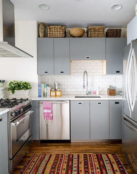 Nesta configuração, a cozinha é quadrada e larga o bastante para permitir que a geladeira esteja à frente do fogão. Mas atenção que a largura deve ser tal que permita a abertura da geladeira e do forno sem que uma pessoa atrapalhe a outra.