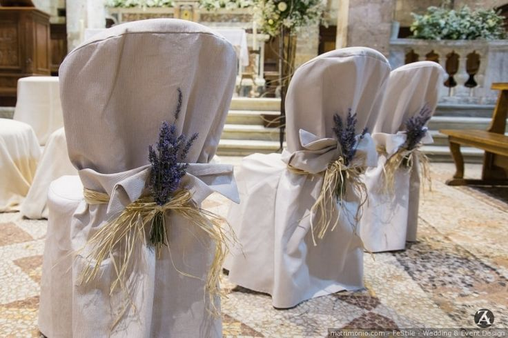 Sono i particolari a fare la differenza! Se siete perfezionisti e volete allestire tutto con stile, fino al più piccolo dettaglio delle vostre nozze, scoprite in questo articolo le decorazioni più belle per le sedie del vostro matrimonio!