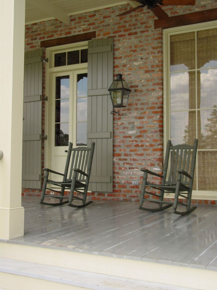 very southern porch! love the colors with the brick.