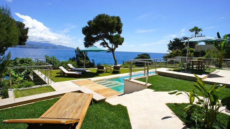 Modern garden design with a fantastic view of the ocean #atraveo #holidayhouse