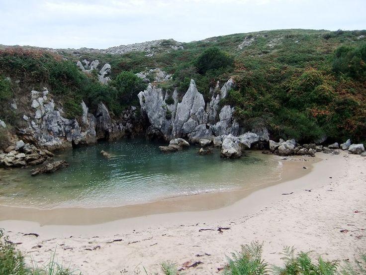 Com apenas 40 metros de comprimento e água salgada, Gulpiyuri é considerada a menor praia do mundo. Mesmo assim, o que antes era somente conhecida por agricultores, hoje se consolida como uma popular atração turística,