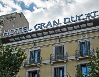 Located on the corner of Ronda de Sant Pere and Via Laietana, the Gran Ducat is very close to Plaça Urquinaona and a couple of minutes from Plaça de Catalunya.