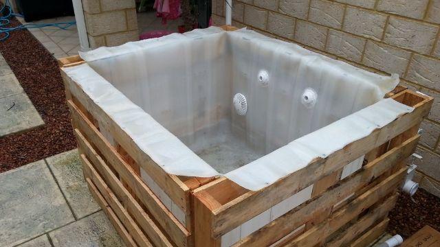 diy pallet hot tub interieur. Black Bedroom Furniture Sets. Home Design Ideas