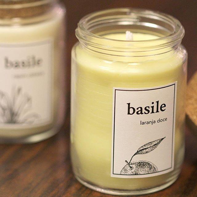 """Já souberam da novidade? Agora a @velasbasile faz parte da família de produtos da ND! Nos aromas """"Laranja Doce"""" e """"Capim Cidreira"""", as velas são artesanais e feitas de cera de soja. Fica difícil escolher uma só!  .  .  .  .  .  .  .  .  #espacond #tendenciand #essenciand #home #decor #handmade #dicas"""
