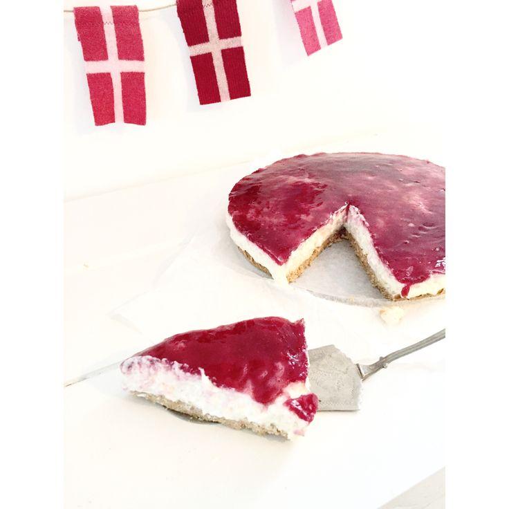 Flagranken er fra Ollifant.dk       Siden jeg første gang stødte på Ris a la mande kage, så har jeg haft lyst til at lave mit helt egen variant. Den smager nemlig så lækkert. Ris a la mande kagen er opbygget som en cheesecake, altså med kiksebund og gele på toppen, men indehol....