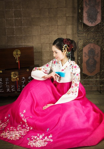 hanbok-this is a traditional Korean lady's dress, worn for special occasions. Very pretty