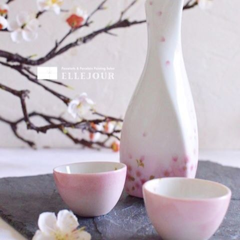 "【ellejour_school】さんのInstagramをピンしています。 《""Ochoko"" is a traditional household utensil for drinking Japanese sake. This is made by my student. All made by hands👌 ・ お酒もますます美味しくなりそうな日本酒セット。  フリーコースの生徒さまの作品です。 本日blogでご紹介しました😄 ・ #ポーセラーツ  #ポーセラーツサロン  #マカロンタワー  #ウェディング  #習い事  #プリザーブドフラワー  #ウェルカムボード  #日本酒  #桜 #ポーセラーツお重 #お重 #ポーセラーツお重レッスン #日本酒女子  #陶芸#japaneseinterior #japanesestyle #japanesezen #zenstyle #sake #japanesefood #japaneseart #instabeauty #zen #washoku #japanesefood #cherryblossom》"