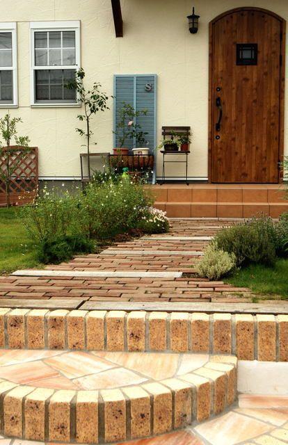 お庭のDIYにレンガが大活躍!花壇やアプローチを自由にデザインできる ... レンガ敷きのアプローチやステップも、コツさえつかめばDIYで出来ちゃいます。まずは、どんなアプローチにするか、どれくらいのレンガが必要かプランをたてましょう。