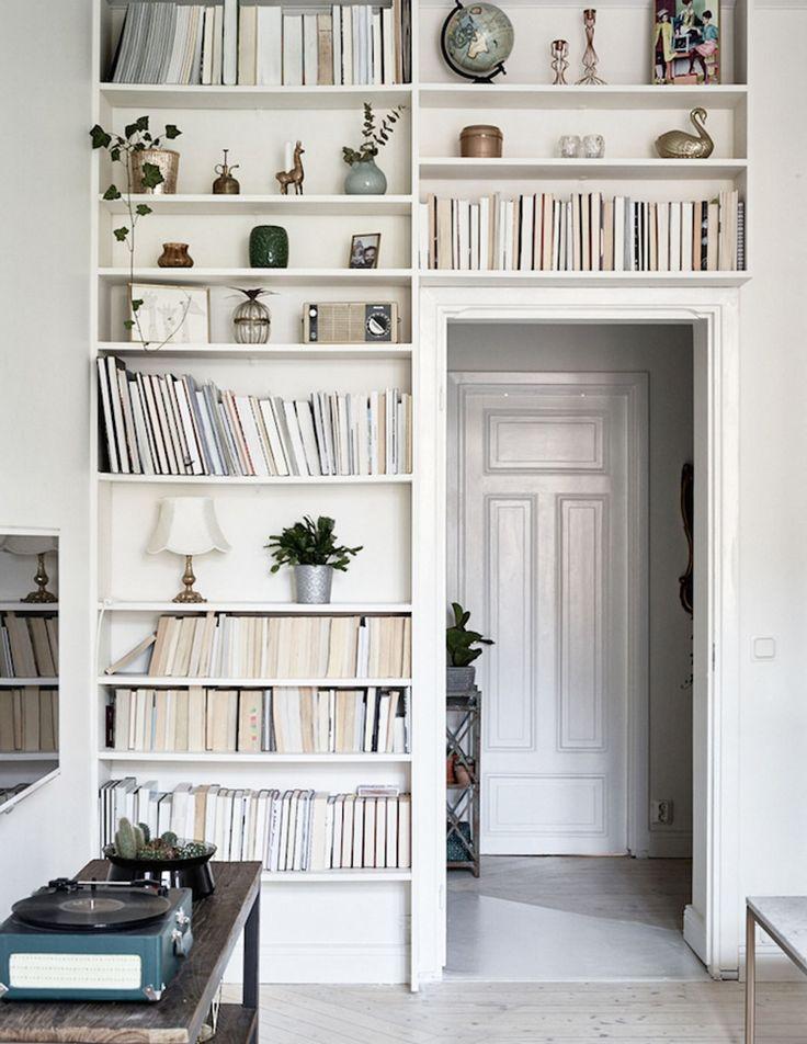 Любой интерьер создают детали. И одним из таких декоративных элементов (да простят нас все книголюбы) являются книги. При этом мы вовсе не хотим сказать, что покупать их нужно только ради красивой обложки и думать о том, впишется ли очередное издание в вашу комнату. Но кажется все перфекционисты нас поймут — хочется, чтобы пространство было красивым …