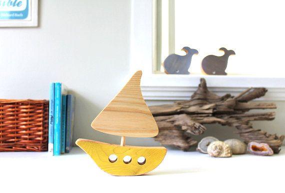 Dieses kleine Boot aus Holz Recycling natürlichen Flügel Enjolivera die Handelskammer für Ihre winzigen, in ihm ein Seeluft und einem Vintage-Touch hinzufügen! Perfekt für Babys Zimmer, Spielhalle, eine Dusche oder Geburt oder sogar für ein Büro-Geschenk.  Dieses Factsheet ist für 1 Boot  **********  Material: Recycelten Holz, ungiftigen Holz, Färben mit Öl, Leinsamen und Mineral-Pigmente-Kleber (außer weiß: ungiftige Wasser Farbstoff), fertigen Leinöl.  Größe: 15 x 13 cm  Pflege: Waschen…