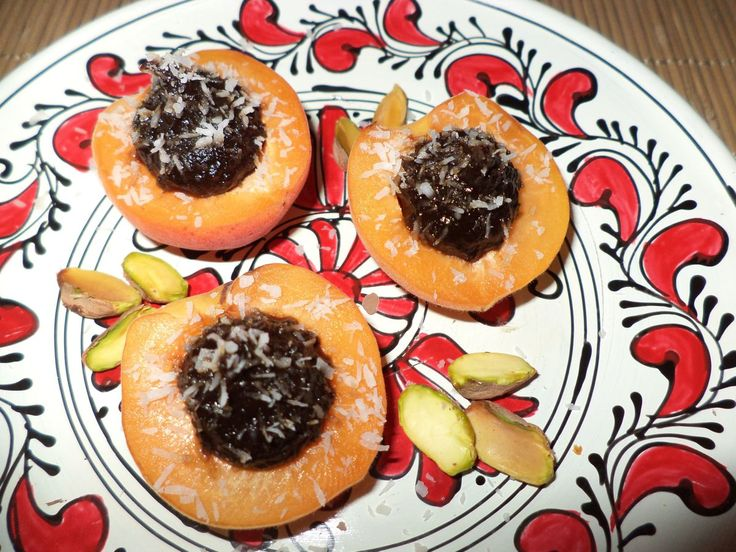 Caise Cu Magiun De Prune Si Cocos / Apricots With Plum Jam And Coconut https://vegansavor.wordpress.com/2015/07/19/caise-cu-magiun-de-prune-si-cocos-apricots-with-plum-jam-and-coconut/ #Topoloveni #jam #vegan #apricot #coconut #pistachio #sweets