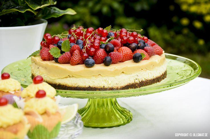 Cheesecake med pekan, smörkola och bär - by Jillsmat.se