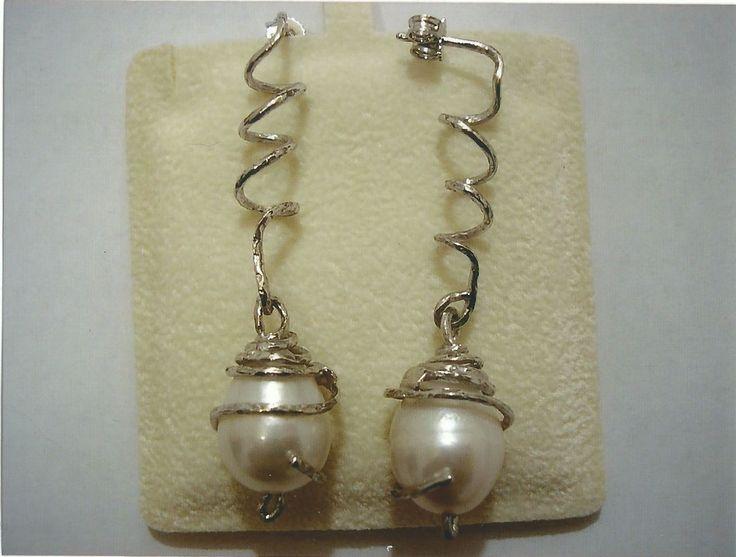 Orecchini a spirale in oro bianco 18kt con perle bianche. Spiral white gold 18kt earring with white pearls.    #jewelry #jewellery #anello #ring #diamond #pearl #handmade #handmadejewelry #gioielli #gioielliartigianali #fattoamano #gold #diamondpave #sapphire #sapphires #oro #orobianco #whitegold #珠宝 #钻石 #豪华 #redgold #ororosso #yellowgold #orogiallo