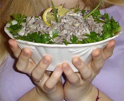 """""""Рулеты """"на скорую руку""""  Понадобится:  1 упаковка (200 г) крабовых палочек или мяса, 1 плавленый сырок, 2 вареных вкрутую яйца, 1 пучок зелени, 1-2 зубчика чеснока, 1 баночка майонеза, 2-3 тонких лаваша."""