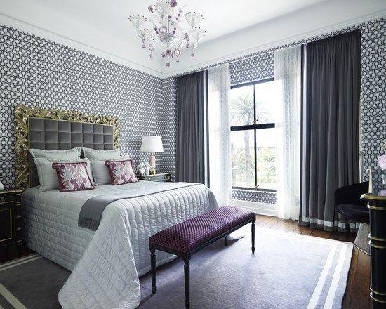 Стильная лиловая спальня с мелким принтом на обоях и роскошным изголовьем