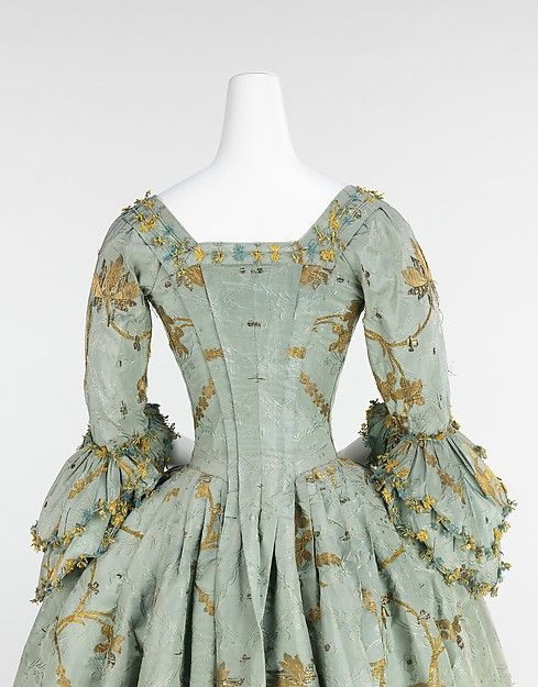 American Duchess / The Met, 1770-75 - isn't that just gorgeous! Crisp pleats and fly fringe.