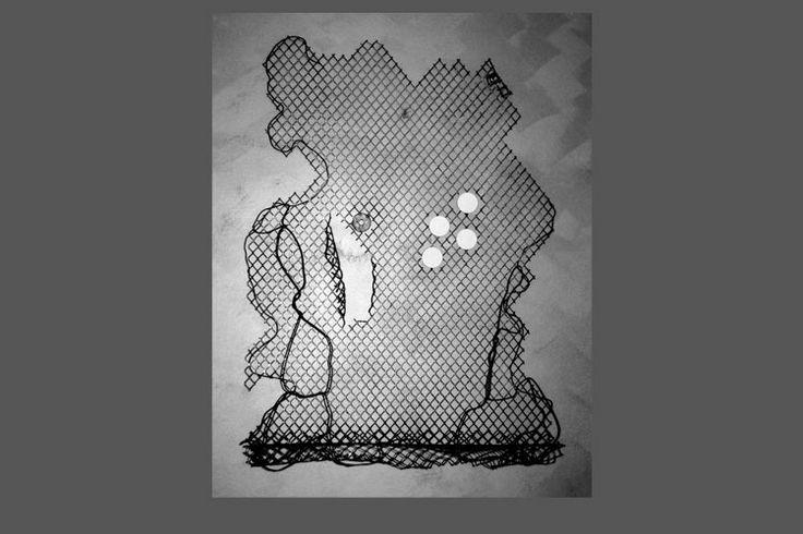 Lo Strappo - scultura in rete metallica ossidata con incollate ceramiche.