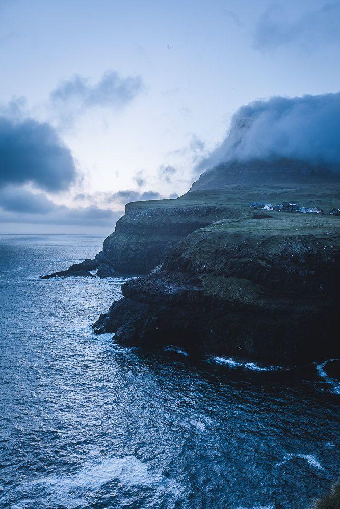 Das kleine Dorf Gásadalur auf der Insel Vágar war lange Zeit nur zu Fuss zu erreichen. Mittlerweile führt ein Tunnel durch den Berg zu der spektakulären Kulisse - Färöer Inseln