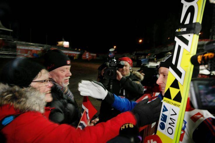 Gullvinner i normalbakken, Rune Velta, blir gratulert av faren Einar og stemor Turid etter rennet. (Foto: Rune Petter Ness)