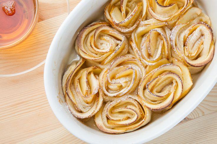 Яблочные розы - пошаговый рецепт с фото: Просто шикарный десерт. А еще — очень простой тесто слоеное 500 г яблоки 3-4 шт. джем 3 ст.л. лимон 1/2 шт. мука для присыпки стола корица по вкусу сахарная пудра для украшения