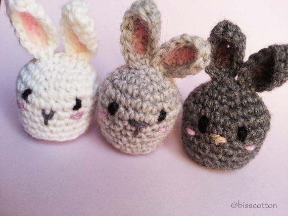 Piccoli conigli amigurumi con coda pom pom | Set di 3: bianco, grigio chiaro e grigio scuro | decorazioni Primavera e Pasqua