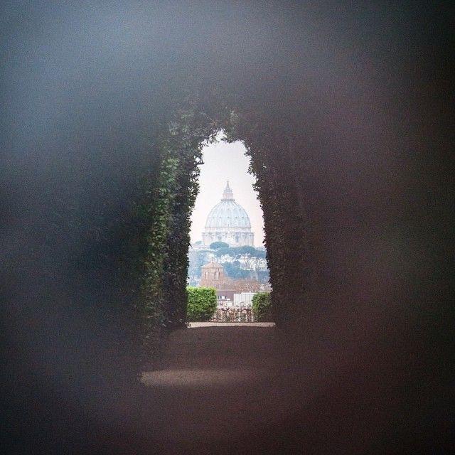 Rome Italie. Curieux reconnais-tu ce lieu emblématique de la ville de #rome? Et surtout l'édifice qui se pointe le bout du nez dans le fond de l'image? -- Viens tester tes connaissances avec nous curieux et like notre page  http://ift.tt/1ALo9cT -- #detourlocal #photooftheday #lookoftheday #roma #italie #amazingitaly #visitroma #europe #liveauthentic #landmarks #whateveryouradventure #exploretheworld #roadtrippers #travelgram #tagforlikes #traveladdict #instagram #instafollow #instatravel…