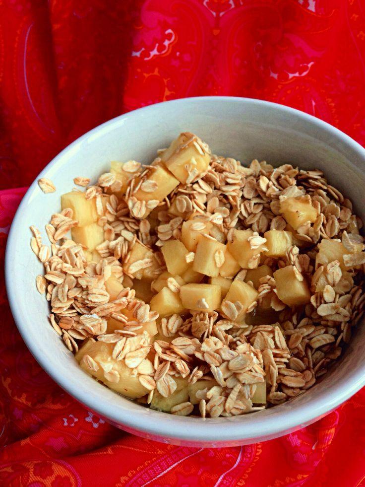 Colazione sana, ipocalorica ma allegra e in tutto gusto!  -fiocchi d'avena -pezzi di ananas fresco, tagliati piccoli -poco succo di ananas (se fate merenda) o latte (per la colazione)