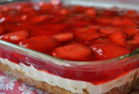 Athenstimes: Το φραουλένιο γλυκάκι της γιαγιάς! Είναι πολύ δροσερό, πολύ γρήγορο, οικονομικό και μπορείς να φας αρκετό χωρίς πολλές ενοχές