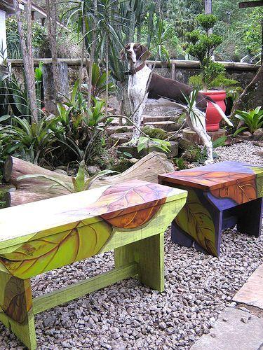 Pintura em banco de madeira
