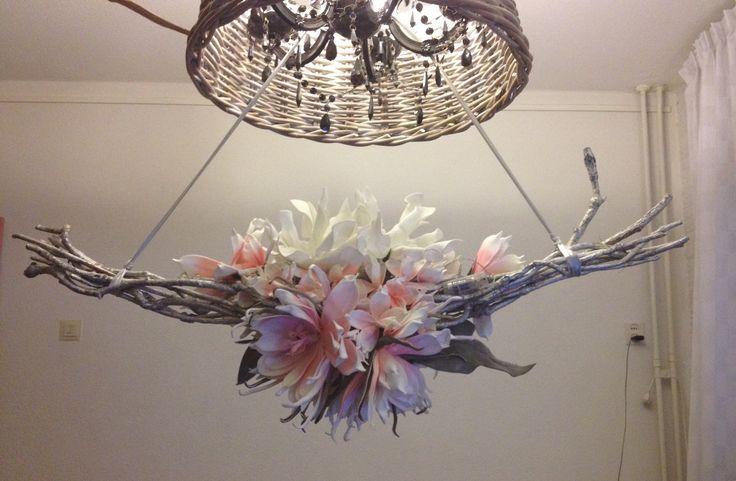 Bloemstuk van foambloemen op tak met verlichting