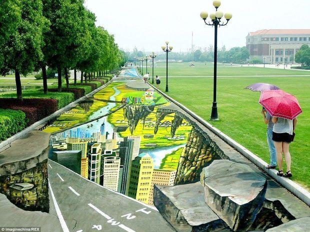 Il a fallu plus de 20 jours à l'artiste chinois Yang Yongchun pour réaliser cette fresque colossale, dessinée pour les prochains Jeux Olympiques de la Jeunesse. Nanjing, Chine.