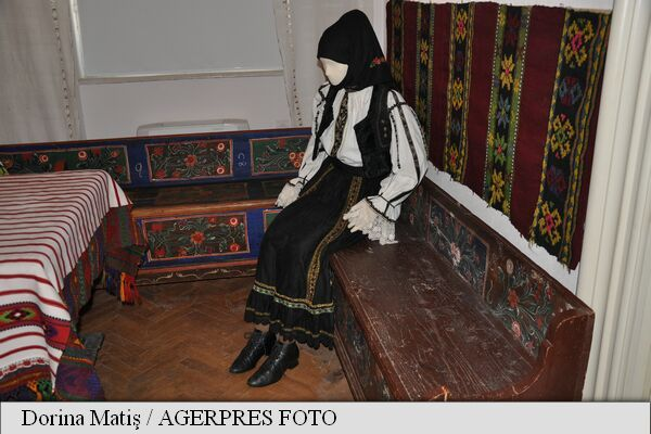 Colecție de ii cu ciupag roșu de acum 100 de ani, la Muzeul de Etnografie din Târgu Mureș – AGERPRES
