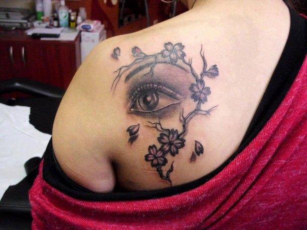 Auge mit Blumenranke Tätowierung