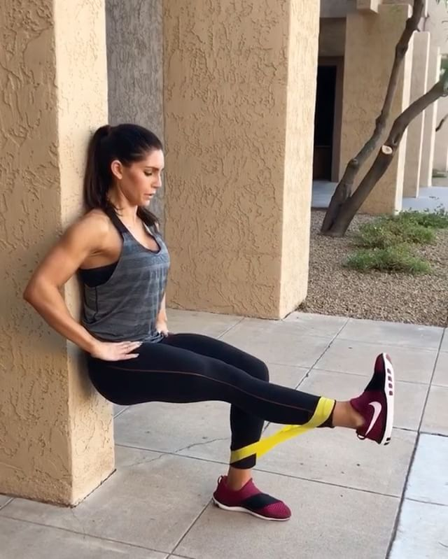 Mini Band Massacre! 60 seconds of each movement with 20 seconds rest! 3-5 ROUNDS! Check out my power outage leg workout in my IG STORY! #alexiaclark #queenofworkouts #fitness #weekend #workout #legday #resistanceband #nike #outdoors #menshealthmag @menshealthmag @nike @niketraining