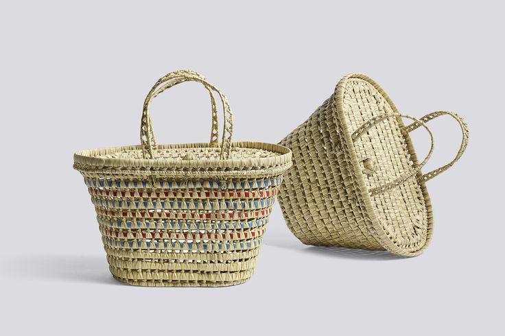 Picnic Basket er håndlavet og findes i to farver (rød/blå og natur). Moodings giver altid fri fragt på alle ordrer til DK.