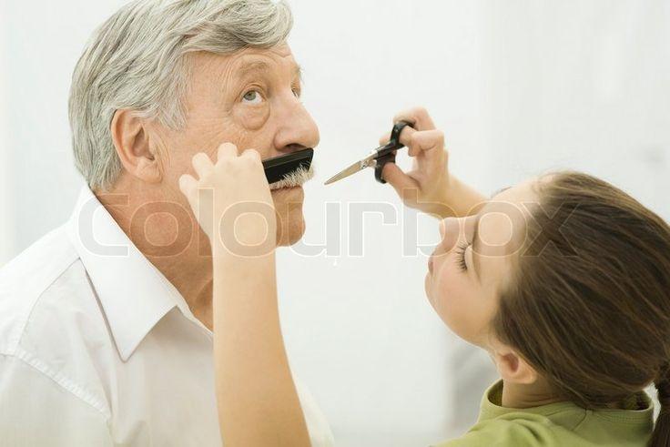 Stock foto af '© Eric Audras / AltoPress / Maxppp ; barnebarn trimme bedstefars overskæg'