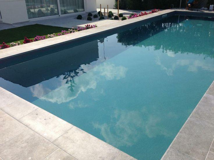 Detalle del borde de la piscina en color mistery blue stone de Rosa Gres. #rosagres #mistery #designpools #outdoorsdesign
