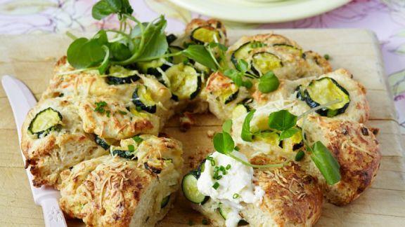 Rezept: Zucchinibrot mit pikantem Dip