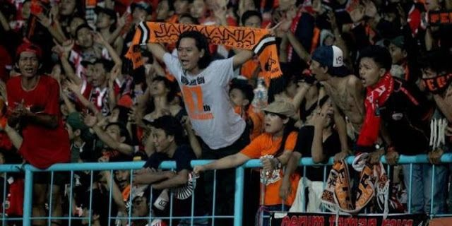 Aksi pendukung Persija The Jakmania di GBK, Jumat (24/6/2016).   Olahraga , JAKARTA  - Pengurus P...