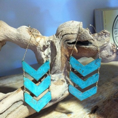 We love these as a pop of color with your fall wardrobe. Chevron earrings at #twigandwillow