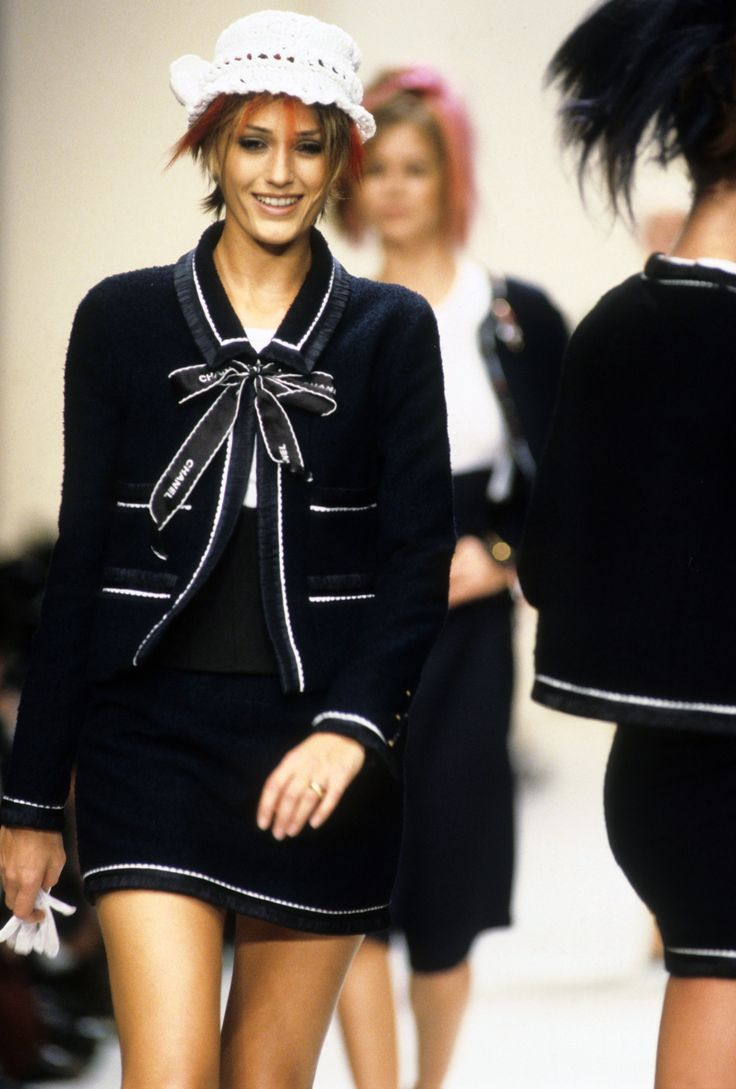 Chanel Spring 1994 Ready-to-Wear Fashion Show - Yasmin Le Bon