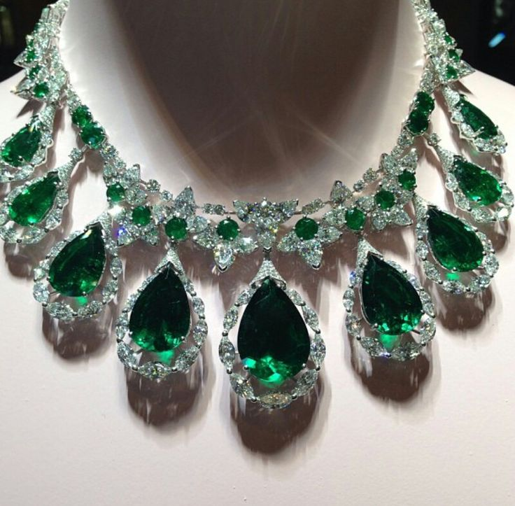 Fan necklace by david morris with Colombian emeralds and diamonds. Biennale de Paris