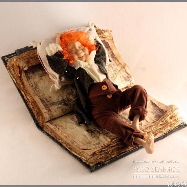 Кукла Хранитель знаний Маленький эльф,очень добрый,веселый,немного ленивый озорник. Который очень любит учиться,но как все дети,не прочь и полежать,помечтать. Создан поднимать всем настроение и вызывать невольную улыбку. Чтобы заказать у мастера эту замечательную куклу перейдите по ссылке : https://rukodelnoe.ru/catalogue/doll/collection/kukla-hranitel-znaniy-30560.html…
