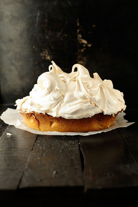 I love lemon meringue tart, it just tastes likes spring. It's made with a crispy shortbread pastry, a thin layer of a sweet almond filling and covered with pure, bright and fresh lemon cream. I don't think it can gets any better. Oh wait, it can! These heavenly flavors are combined with a light, fluffy and sky high almond meringue - soft in the middle and crispy on the outside. It's a killer!