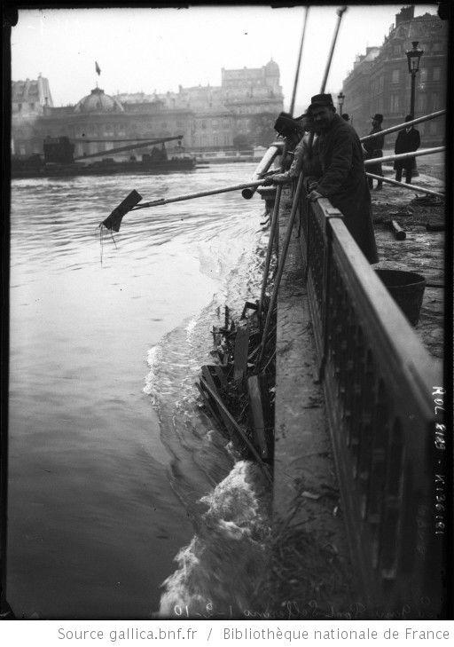 Le Génie [militaires], Pont de Solférino, 1-2-10 [inondations de Paris, 7e arrondissement, militaires ramassant les débris flottants bloqués sous le pont] : [photographie de presse] / [Agence Rol] - 1