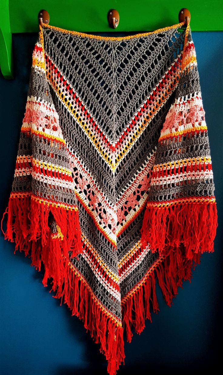 Wat een eye-catcher deze sjaal en een uniek stuk ook nog! Simone weet niet meer precies hoe ze hem gemaakt heeft dus er is geen patroon van. De sjaal is 1.65 x 0.90 gemeten exclusief franjes. 100% katoen.
