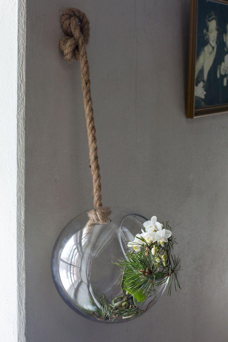 Amppeleissa kukka- ja oksa-asetelmat elävät muuttuvan valon ja varjon leikissä.  Postaus Piantare-blogissa! Floristi: Mari Ruohonen, stailaus: Minna Lilja, valokuvat: Johanna Levomäki